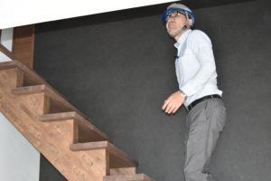 階段に登りながら上を見上げる様子
