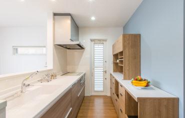 優しいブルーカラーの壁が映えるキッチン