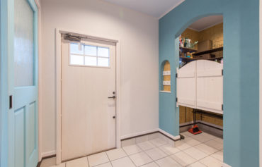 玄関に併設するブルーカラーのお洒落な土間収納