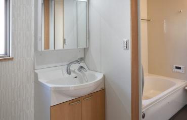 ナチュラルテイストの洗面台と浴室