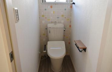 カラフルな壁が可愛らしいお洒落なトイレ