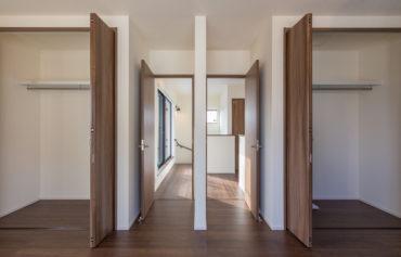 部屋を仕切れるようにデザインした収納力のある洋室