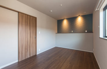 照明とアクセントカラーが部屋をシックに演出する主寝室
