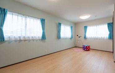 ブルーカラーで統一した広々とした子供部屋