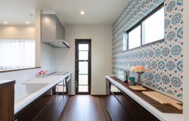 壁のデザインがアクセントのお洒落なキッチン