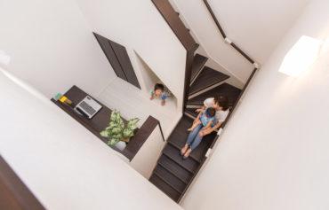階段の途中に施した使い勝手の良いフリースペース