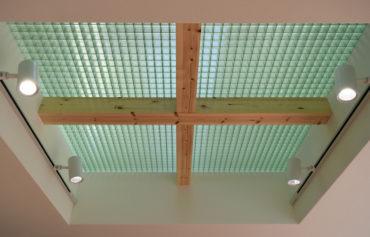 天井からの日差しを取り入れたこだわりの施工
