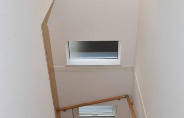 小窓を3つ取り入れた明るい階段