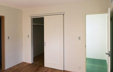 ガラス床の特別な空間に繋がる洋室