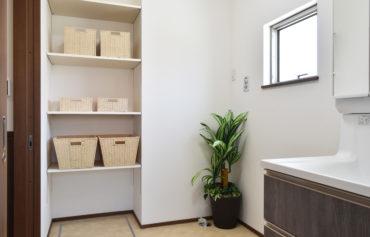 収納棚のある明るい洗面脱衣所