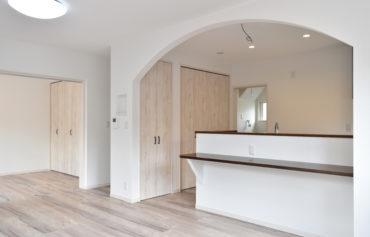 白を基調とした壁に優しい色合いのフローリングを施したナチュラルな空間