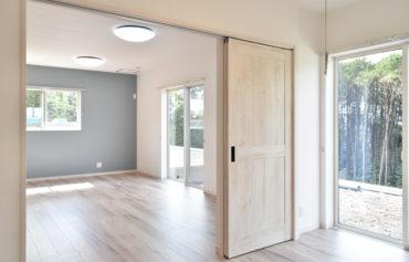 リビングと洋室を区切る2枚の引込扉