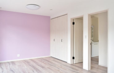 壁の可愛らしいワンポイントカラーが目を引く子供部屋