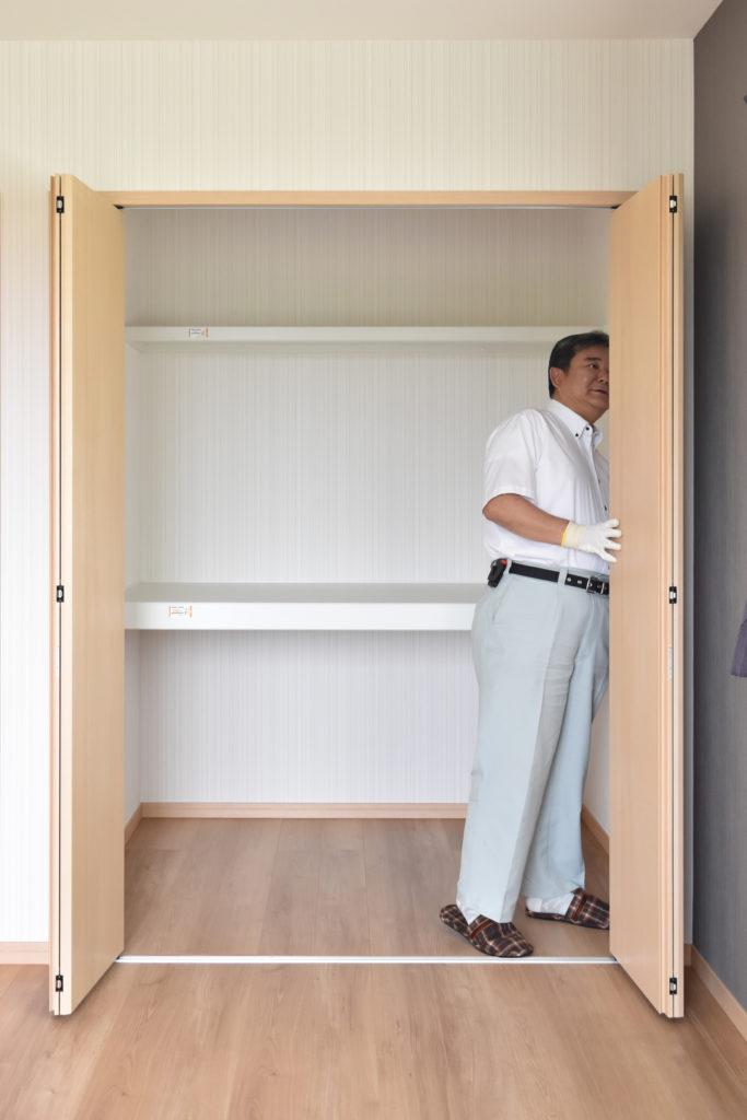 2019年6月18日社内検査にて洋室のクローゼットを検査している様子