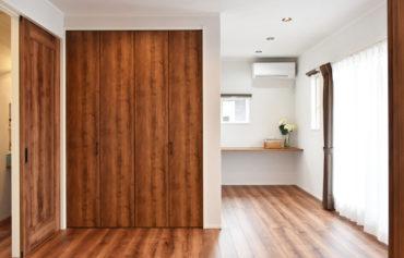 リビングと一体化した広々空間の洋室