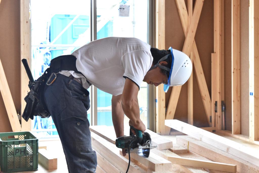 2019年7月9日現場廻りにて職人さんが木材を切断している様子