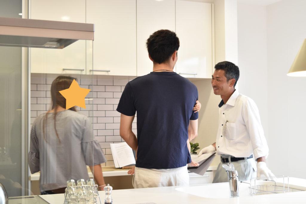 2019年7月見学会でキッチンの説明をしている様子