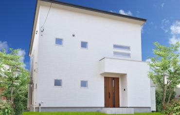 白を基調としたシンプルかつお洒落な外観の家