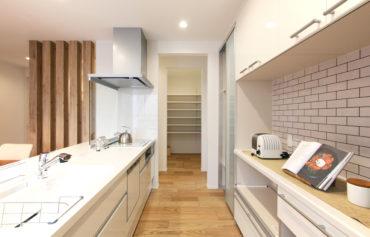 収納力抜群のパントリールームと勝手口に繋がる家事動線のあるキッチン
