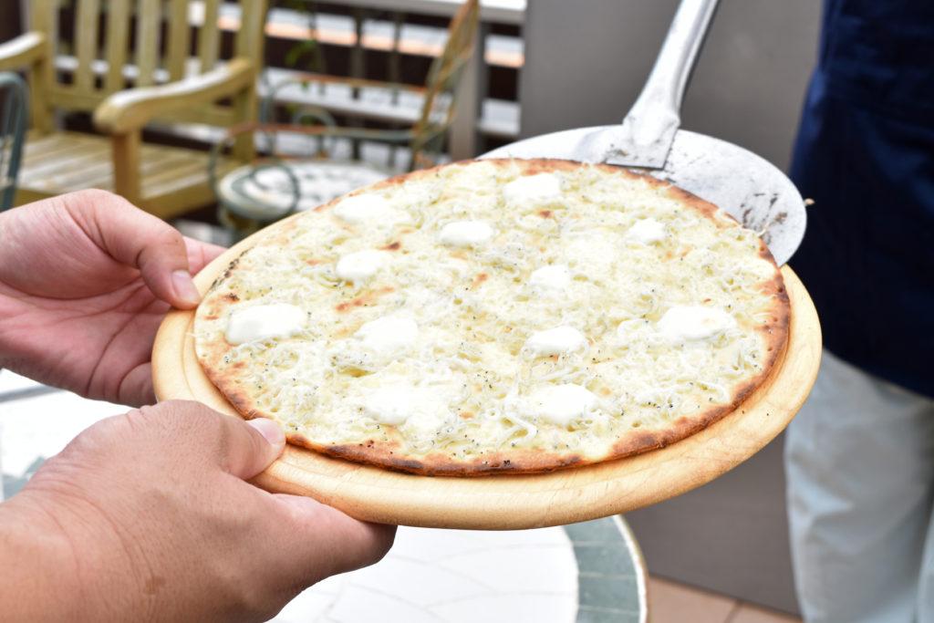 2019年8月30日ピザを木皿にのせている様子