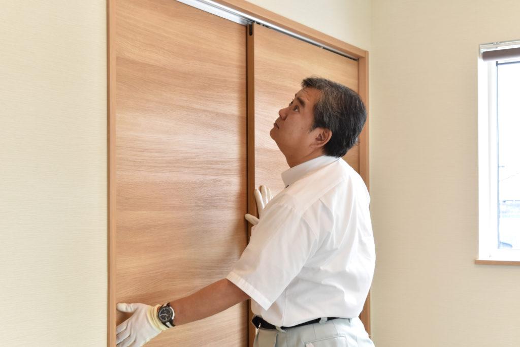 2019年9月13日和室の引き違い戸を検査している様子