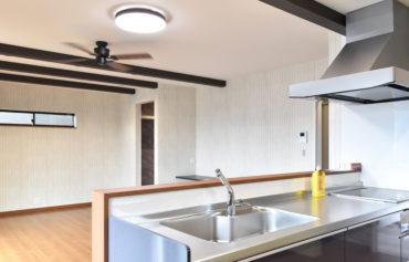 家族とコミュニケーションが取りやすい対面式キッチン
