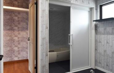 洗面脱衣室からファミリークローゼットに繋がる家事ラク動線