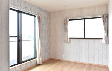 バルコニーに隣接した日当たりと風通しの良い洋室