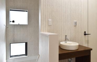 2階に設置したシンプルでお洒落な洗面台