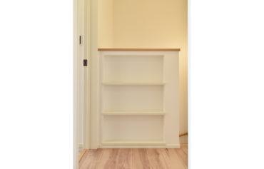 収納スペースや雑貨のディスプレイなどに活用できる階段ニッチ