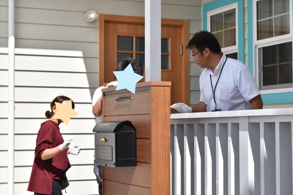 2019年9月完成見学会にて玄関ポーチを説明している様子