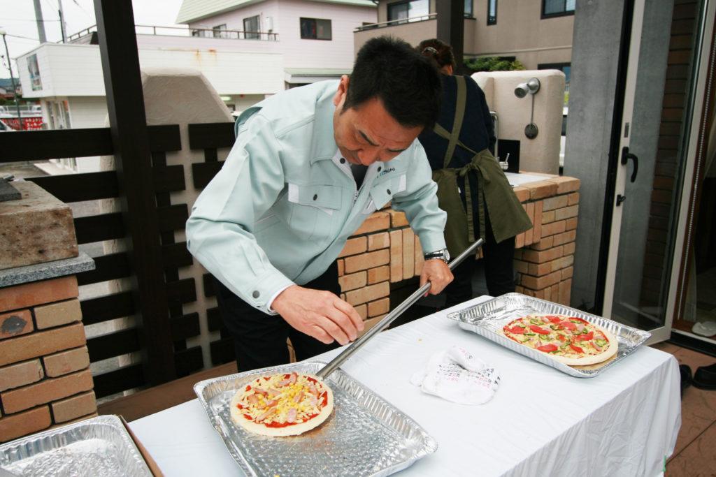 わいわい家族まつりにてピザ作っている様子
