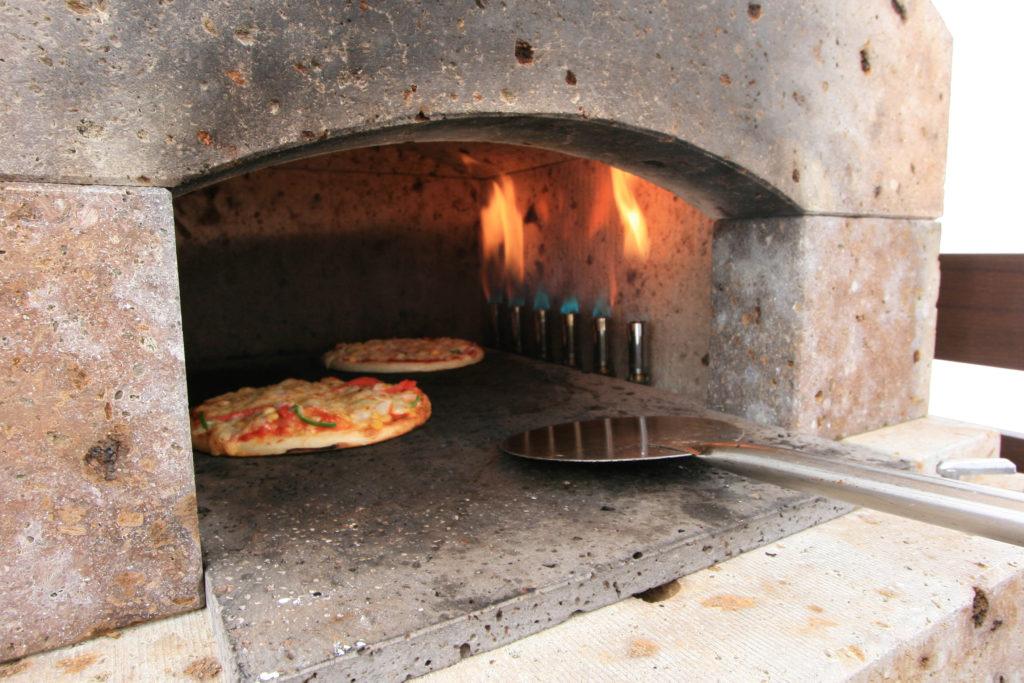 わいわい家族まつりにてピザを石窯で焼いている様子