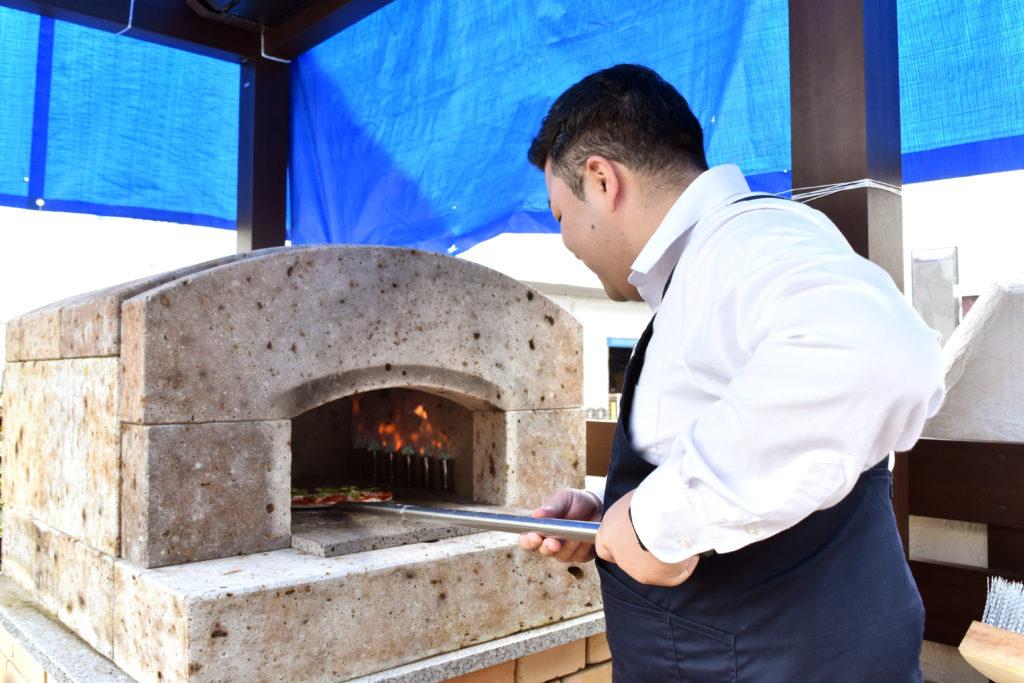 2019年10月21日石窯で加藤さんがピザを焼いている様子