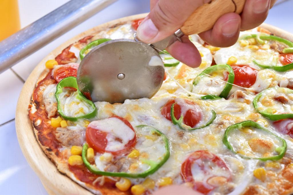 2019年10月21日焼きたてピザをカットしている様子