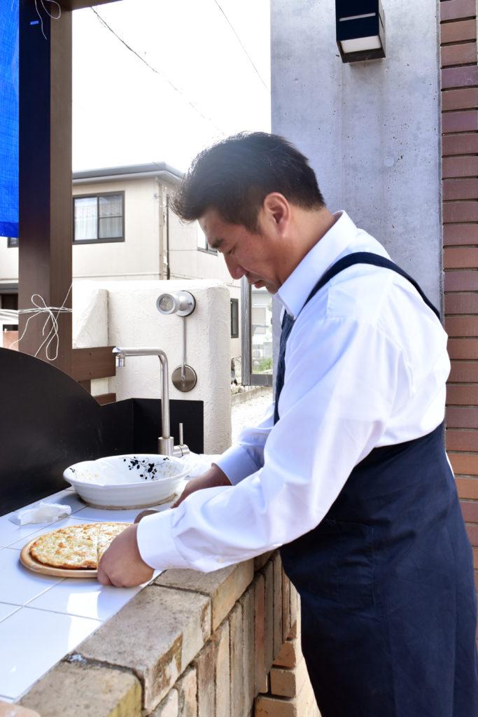 2019年10月21日焼きたてピザを篠原さんがカットしている様子