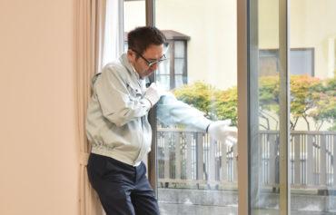 2019年10月22日社内検査にてリビングの窓をチェックしている様子