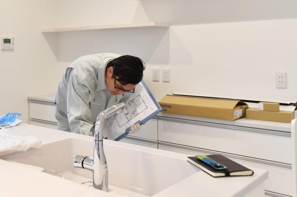 2019年11月19日社内検査でキッチンをチェックしている様子