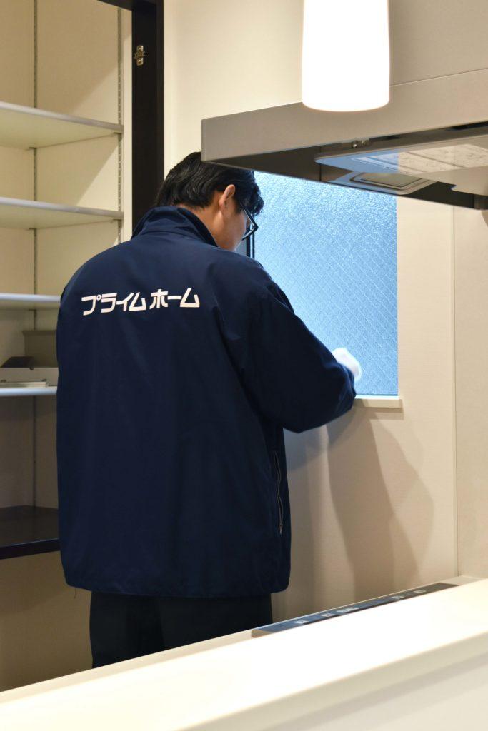 2019年11月26日社内検査でキッチンの窓をチェックしている様子