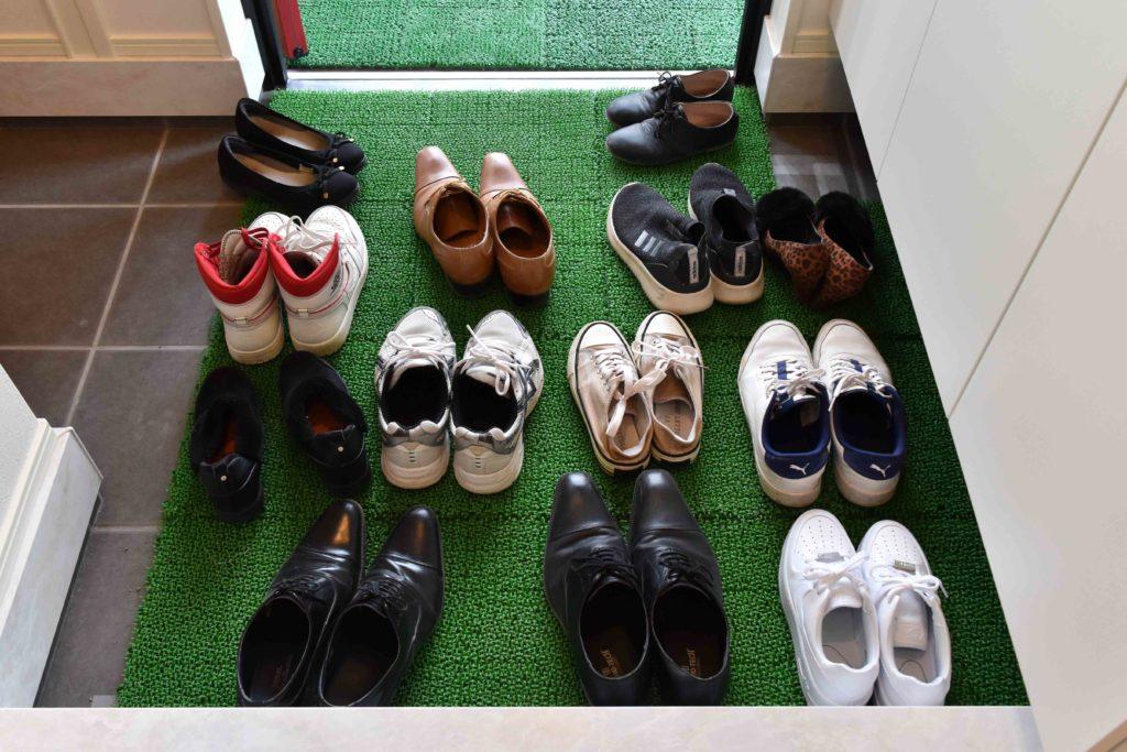 2019年11月開催の完成現場見学会の玄関に並んだ靴