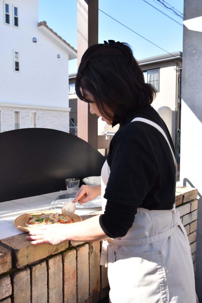 2019年11月19日ピザをカットしている杉山さん