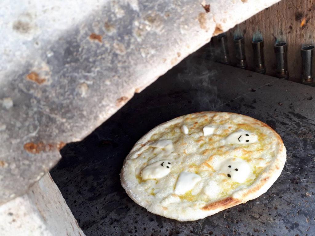 2019年10月31日石窯で焼いている甘いハロウィンピザ
