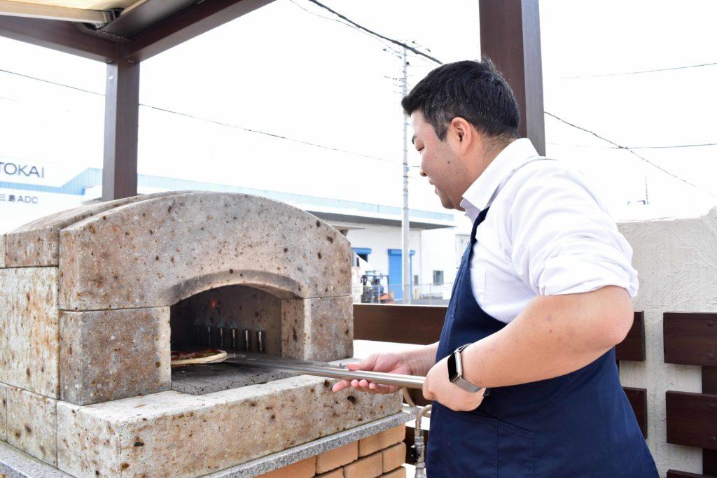 2019年10月31日石窯でピザを焼く加藤さん