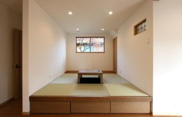 LDKの一角に設けた、引き出し収納付きの小上がり和室