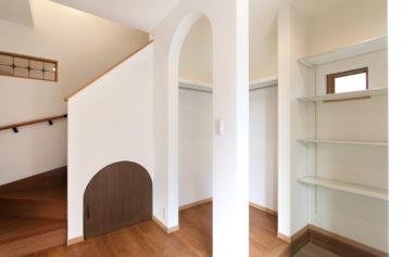 土間収納と通り抜け可能なファミリークローゼットがあるこだわりの玄関スペース