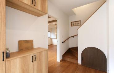 階段下収納が可愛いお洒落な玄関スペース
