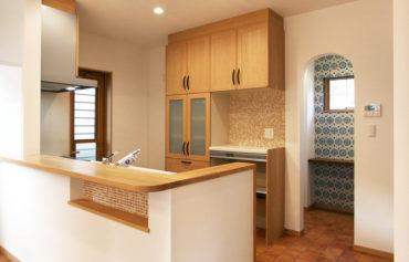 家事スペース・食品庫・勝手口が併設した家事らくキッチン