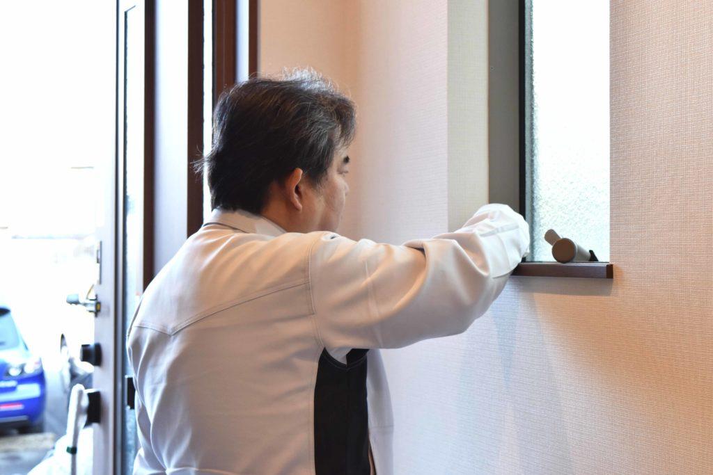 2020年1月21日玄関の窓を検査している様子