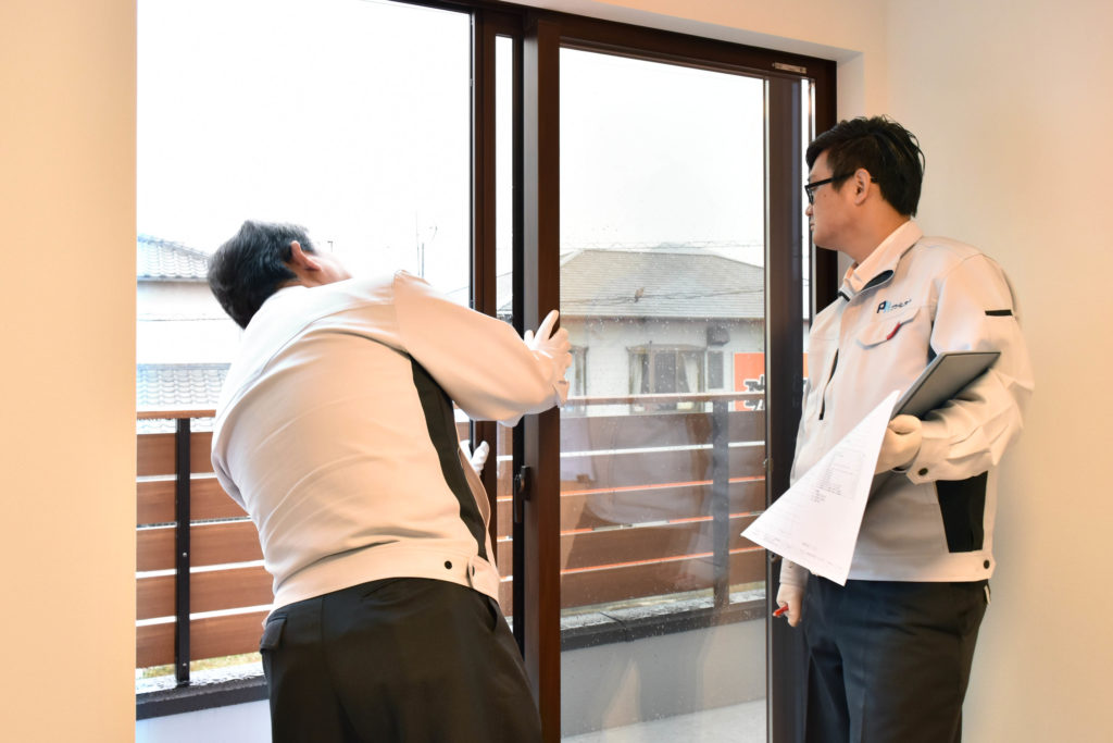 2020年1月23日の社内検査にて洋室の窓を検査している様子