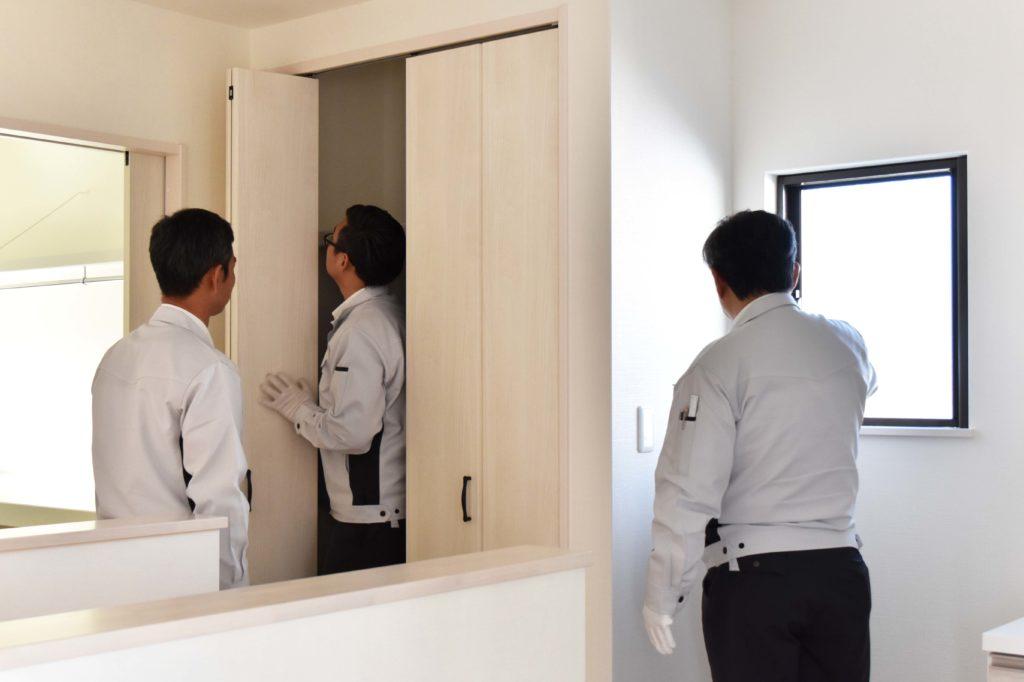 2020年1月9日社内検査にて2階の収納スペースや窓を確認している様子